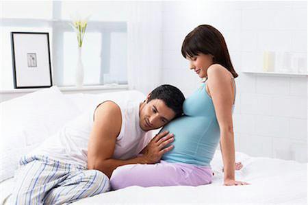 Bạn hãy dành thời gian vuốt ve bé để xem em bé phản ứng lại với bạn thế nào.