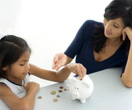 Hãy tặng bé một chú heo tiết kiệm thay cho các món quà đắt tiền khác.