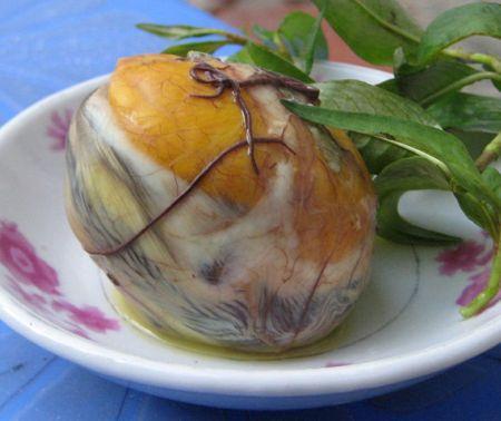 Ăn trứng vịt lộn vào buổi tối có thể gây đầy bụng, khó tiêu.