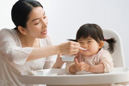 Không nên tự mua men tiêu hóa để tự điều trị cho trẻ biếng ăn.