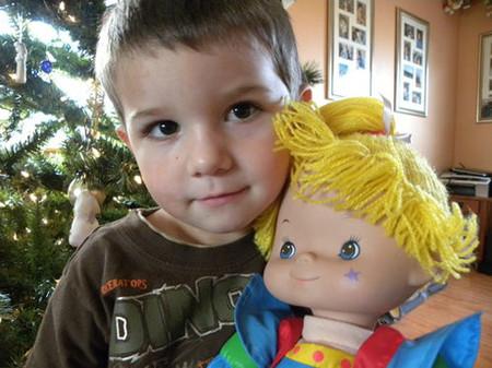 Nếu con trai bạn muốn chơi với búp bê hay con gái chơi với xe tải hãy kệ trẻ làm việc đó.