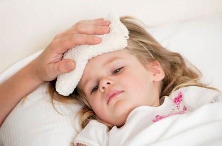 Nếu trẻ bị sốt thì cần kiểm soát chặt chẽ để thân nhiệt không vượt quá 37,5oC.