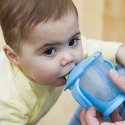 Dùng cốc mỏ vịt giúp thúc đẩy kỹ năng phối hợp tay mắt cho bé.
