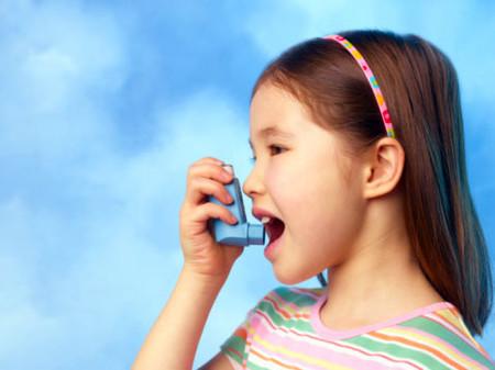Trẻ bị suyễn nên tránh vận động mạnh.