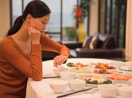 Ăn tối không khoa học có thể để lại các hậu quả nghiêm trọng cho sức khỏe của bạn.