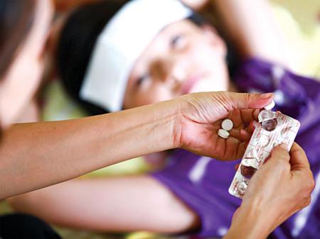 Trẻ nhỏ bị ngộ độc thường do cha mẹ cho dùng lầm thuốc.