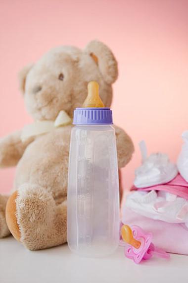 Chọn được bình sữa tốt nhất cho con là băn khoăn của không ít bà mẹ.