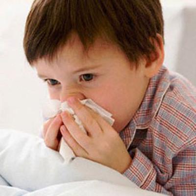 Trời lạnh, bé rất dễ nhiễm bệnh.