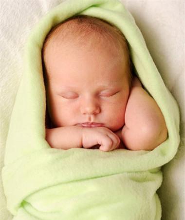 Quấn bé lại giúp bé có cảm giác an toàn, ấm áp và yêu thương.