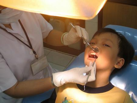 Hầu hết phòng nha đều nhổ răng sữa miễn phí cho trẻ.