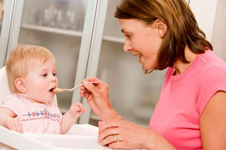 Cho con ăn thức ăn phù hợp với độ tuổi.