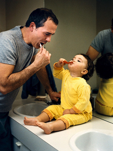 Chăm sóc răng cho bé đúng cách không hề đơn giản .