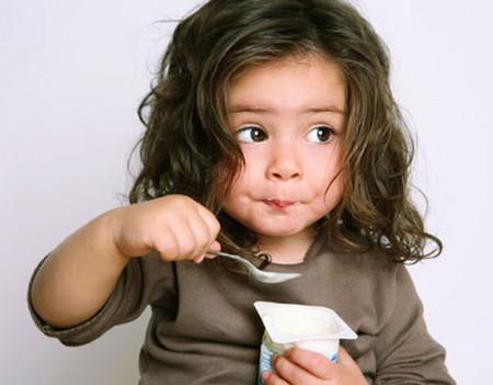 Cho bé ăn sữa chua đúng cách góp phần tạo nên một sức khỏe tốt cho bé