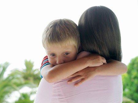 Việc cần làm của bạn là động viên, khuyến khích để bé tự nhiên hơn.