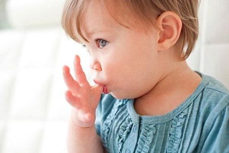Nhiều trẻ nhỏ có thói quen mút ngón tay.