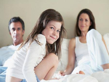 """Các bậc cha mẹ không nên để con cái chứng kiến cảnh """"yêu"""" vì rất có thể nó sẽ ảnh hưởng nặng nề đến sự phát triển tâm sinh lý trẻ sau này."""