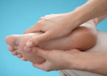 Gia tăng trọng lượng cùng thay đổi hormone khi mang thai có thể gây đau chân.
