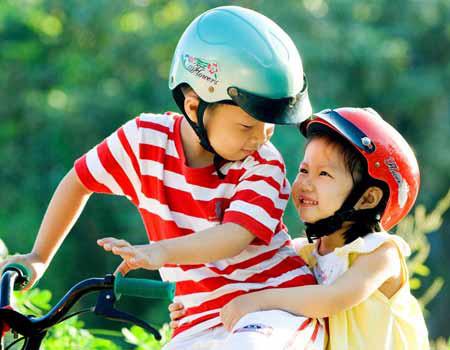 Khi trẻ còn nhỏ cha mẹ cần dạy trẻ biết cách tham gia giao thông.