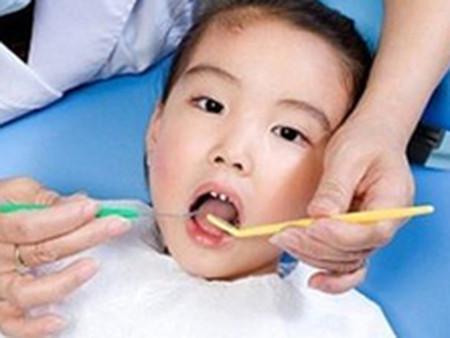 Khi thay xong răng cháu có khít lại được không?