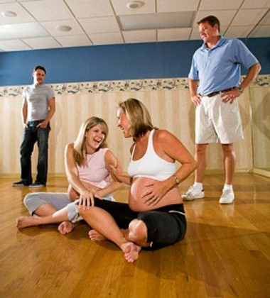 Các bà mẹ trẻ thực hiện các bài tập theo sự hướng dẫn của bác sỹ.