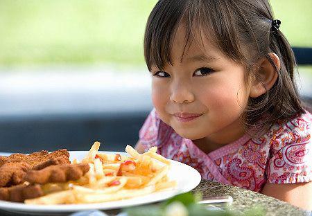 Cho bé ăn uống khi ngồi bên bàn ăn vẫn là lý tưởng nhất.