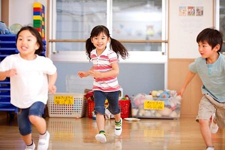 Hãy để trẻ vận động theo cách chúng muốn.