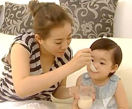 Với bé trên 1 tuổi, hãy cho bé uống sữa tươi.