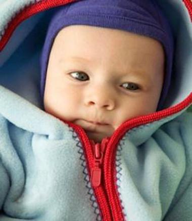Mặc áo khoác quá ấm trong mùa đông có thể gây hại cho bé, vì bé không thể tự cởi ra được.