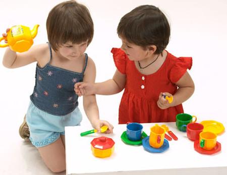 hãy dạy con biết chia sẻ đồ chơi.