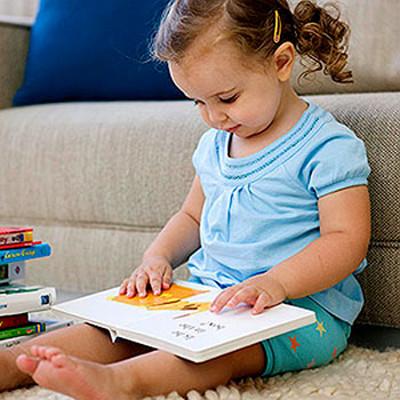 Được làm quen với sách từ nhỏ, bé sẽ dễ dàng hình thành tình yêu sách vở.