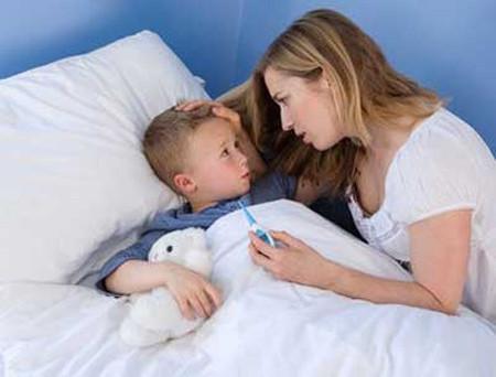 Thời tiết chuyển lạnh đột ngột khiến nhiều trẻ bị viêm phổi, viêm tiểu phế quản, viêm mũi...