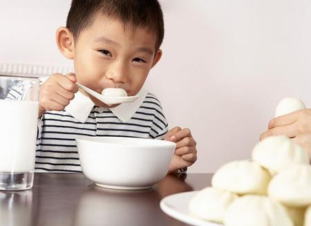 Thức ăn rơi xuống sàn nếu được nhặt lên trước năm giây thì vẫn an toàn khi ăn?