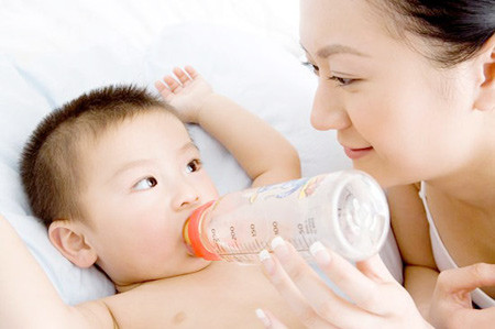 Tác dụng phụ của việc quá liều vitamin D là biếng ăn, táo bón, khát nước và một số biểu hiện khác.