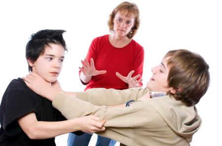 Bạn cần phân tích ngắn gọn, dễ hiểu để bé hiểu được rằng bất cứ hành động làm đau người khác đều không được chấp nhận.