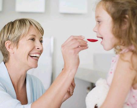 Mẹ phải thận trọng khi cho trẻ uống thuốc.