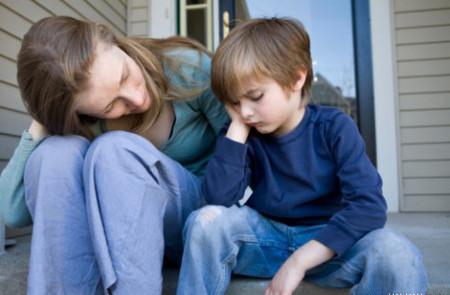 Hãy dành thời gian động viên để con chia sẻ cảm xúc của mình.