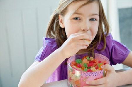 Bé ăn quá nhiều kẹo sẽ không hề tốt cho sức khỏe.