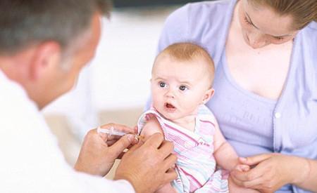 Giúp bé yêu đỡ đau hơn khi tiêm phòng.