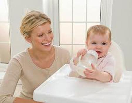 Sử dụng thêm sữa công thức để dễ bề chăm sóc và cung cấp thêm dinh dưỡng cho bé.