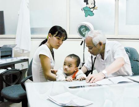 Bác sĩ khám cho bệnh nhi