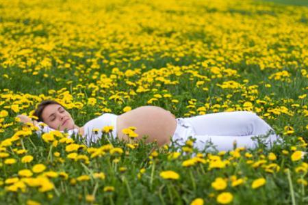 Nếu thai nhi của bạn dưới 12 tuần, tốt nhất bạn nên ở nhà, không di chuyển nhiều để đảm bảo an toàn sức khỏe của cả 2 mẹ con.