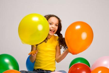 Bóng bay là món đồ chơi rẻ tiền và vô cùng hấp dẫn đối với trẻ nhỏ.