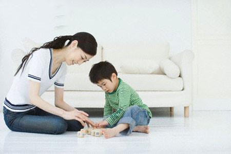 Hãy khen và khích lệ để trẻ phát triển tốt hơn.