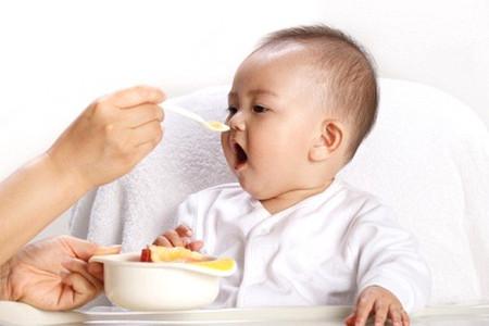 Có nên cho con ăn sữa chua vào buổi tối?
