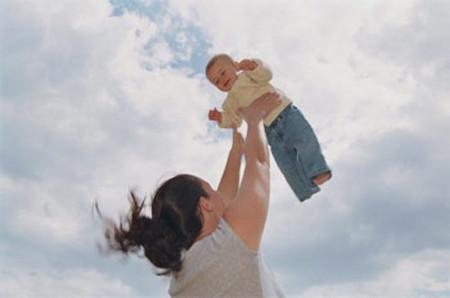Các bậc phụ huynh nên tránh những trò đùa có thể gây nguy hiểm cho trẻ.