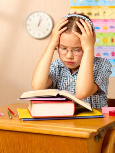 """Mỗi môn có tới vài chục bài tập dễ, khó đủ cả khiến nhiều em không khỏi """"hoa mắt, chóng mặt""""."""