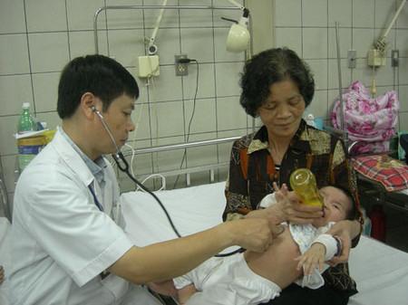 Bé 7 tháng tuổi bị viêm phổi đang điều trị tại khoa Nhi, BV Bạch Mai.
