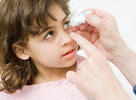 Nhỏ mắt cũng là cách bảo vệ tình trạng viêm giác mạc.