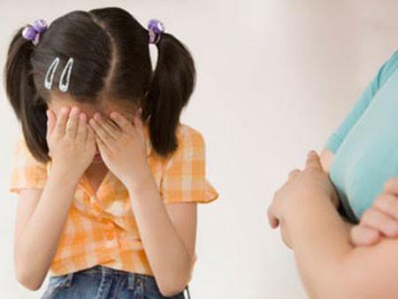 Trẻ bỗng nhiên khóc không chịu vào lớp.