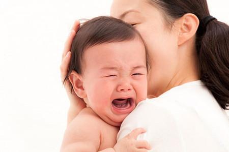 Khi bị ngã đập đầu, trẻ thường bị đau ở đầu ít ngày.